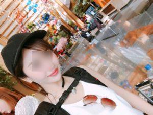 帽子を被ったOL女性